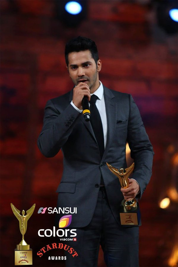 Varun Dhawan wins #SansuiColorsStardustAwards Entertainer of the Year! He welcomed the award by saying- How cool is this !