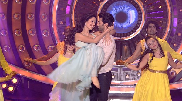 Aditya Roy Kapoor and Katrina Kaif shared some romantic moments in front of Salman Khan