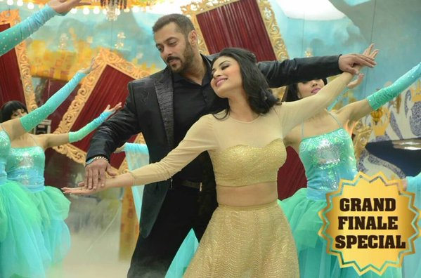 Its Salman's show and no dance from Bhai ? Well its not possible when contestants are busy in dance why shouldn't bhai himself ! Salman Khan dancing with Mouni Roy in Bigg Boss Finale episode