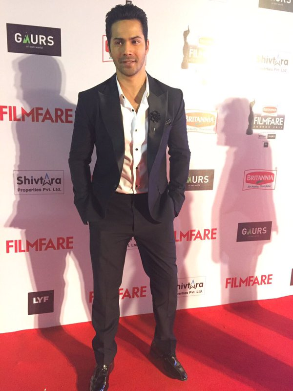 Varun Dhawan spotted somewhat nervous during Filmfare Awards