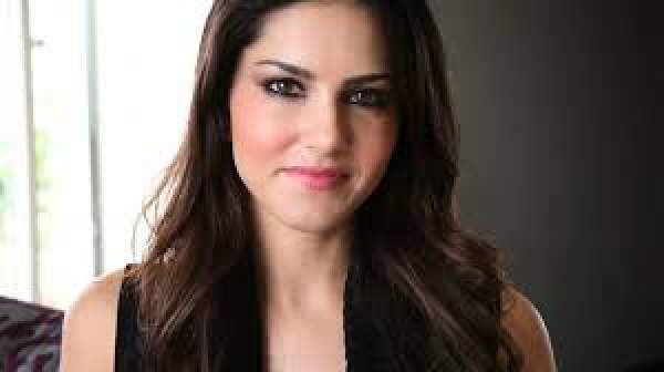 Sunny Leone To Dance With Shahrukh Khan On Raees Movie Song