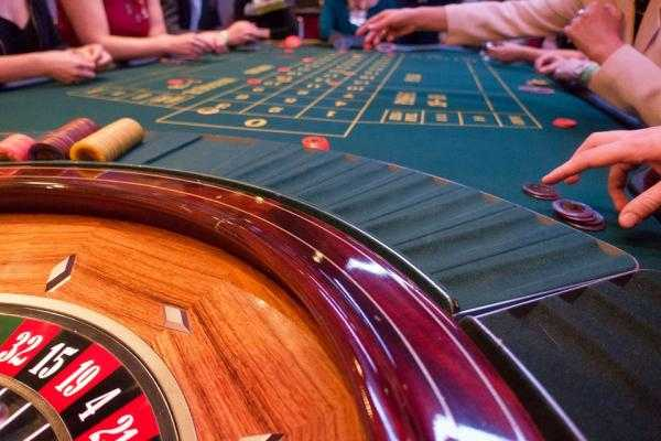 What are the major differences between Land-based Casinos and Online Casinos?